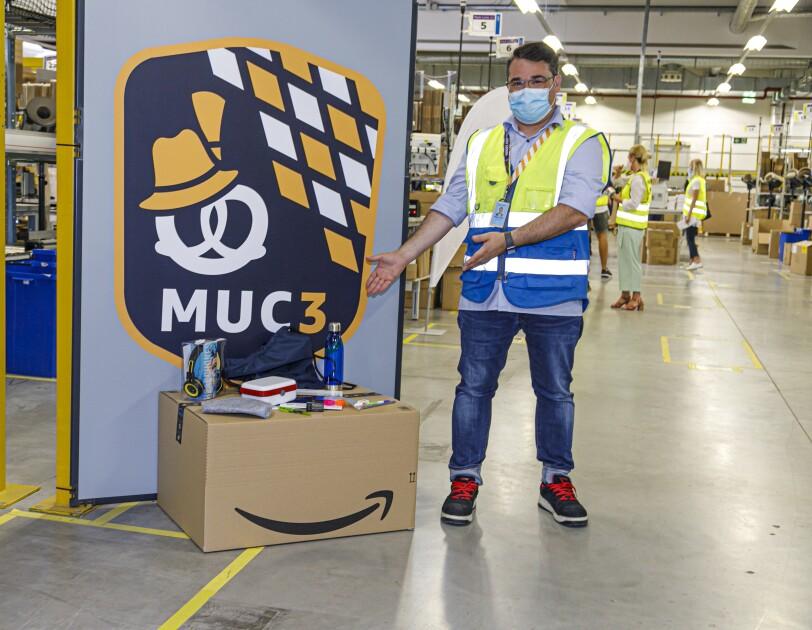 Amazon Logistikmitarbeiter mit den Schulstartspenden