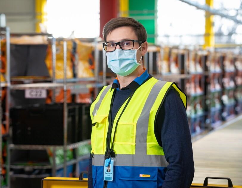 Ein Mann in Sicherheitsweste mit Brille.