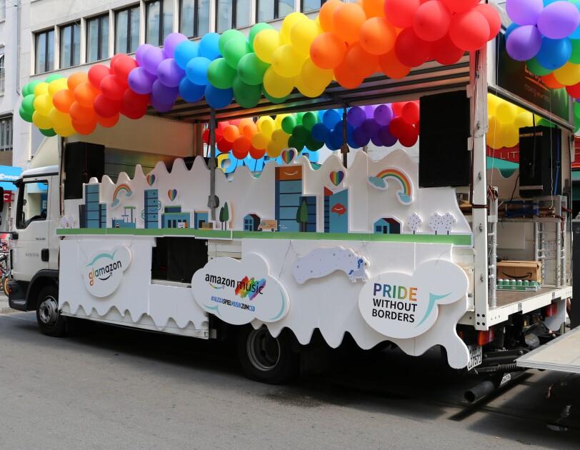 Glamazon-Wagen wird für den Christopher Street Day in München vorbereitet.