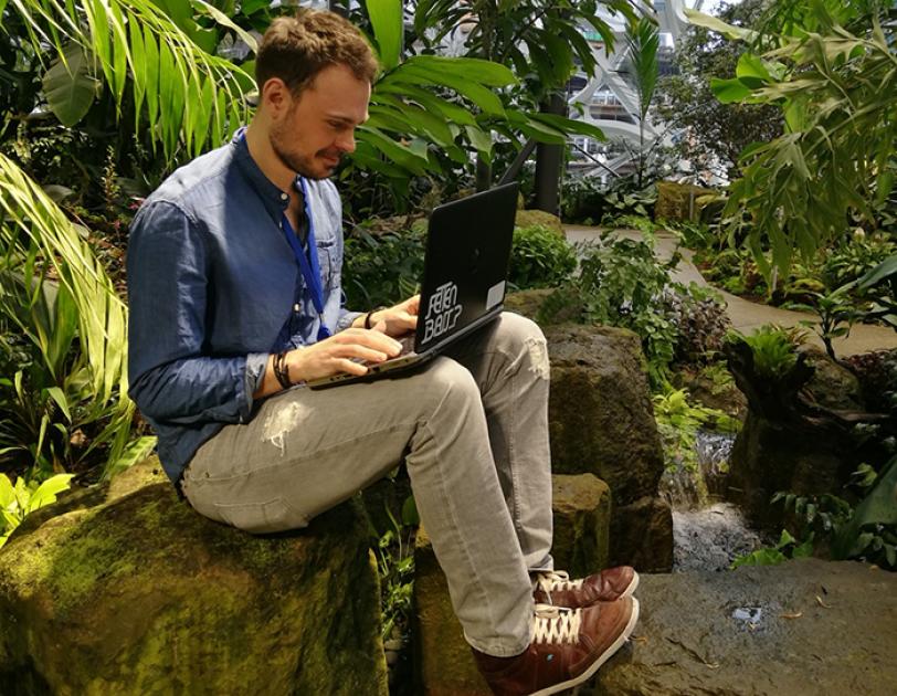 Axel Bopp sitzt in The Spheres und hat sein Laptop auf dem Schoß