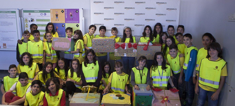 Foto de grupo al final de una clase que ha sido beneficiaria de una Kindle Donation. En la foto, algunos de los alumnos, muestran las cajas de Amazon que han decorado.