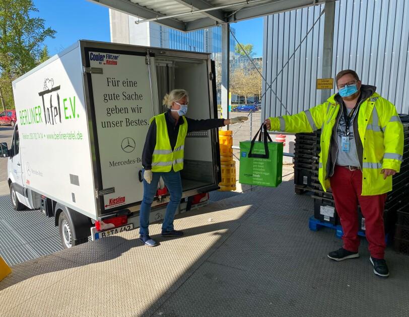 Berliner Tafel Lieferwagen bei der Abholung der Lebensmittel