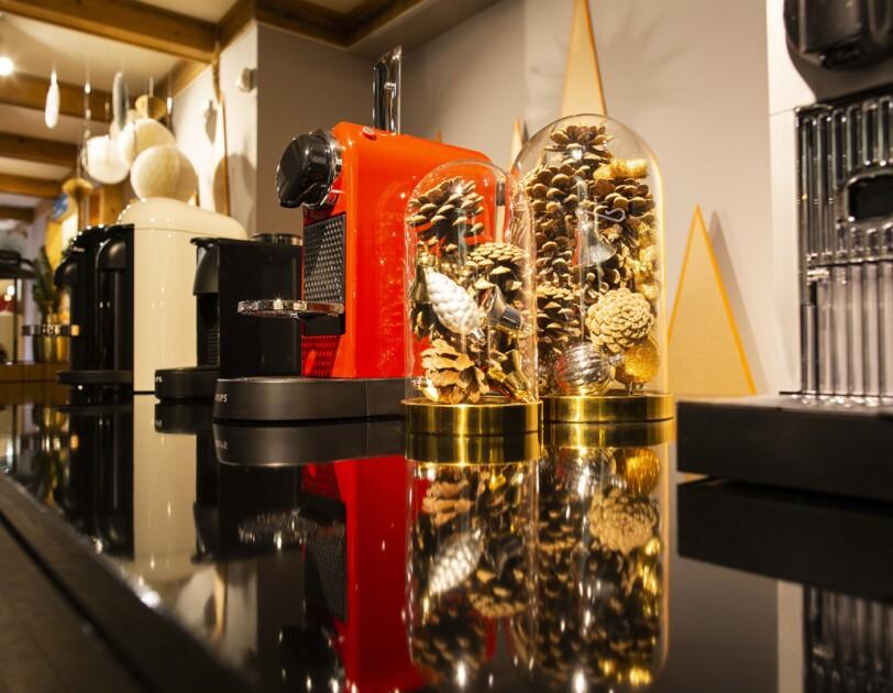 Amazon_HomeofChristmas_Nespresso Kaffeemaschine Verturo in weihnachtlicher Dekoration