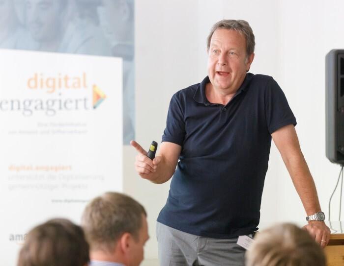 Ralf Kleber spricht auf der Bühne der Auftraktveranstaltung von digital.engagiert