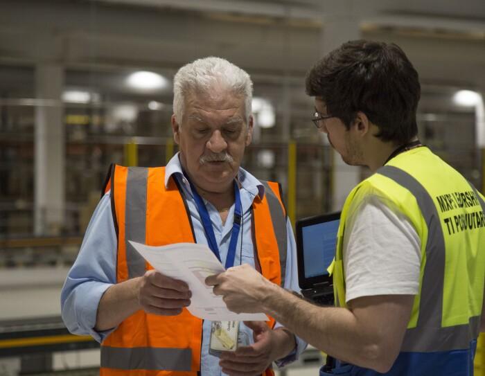 Giuseppe Tonani a lavoro nel centro di distribuzione Amazon di Castel San Giovanni