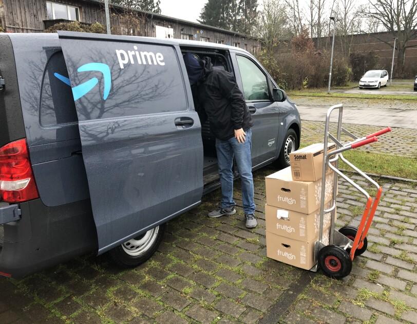 Prime Van mit Kartons für die Tafel