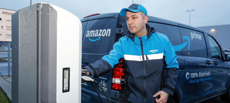 Ein Lieferfahrer beim Betanken mit Ökostrom.