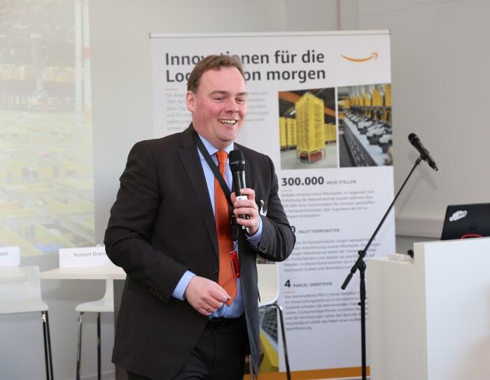 Der Bürgermeister von Winsen, Andre Wiese, spricht seine Grußworte.