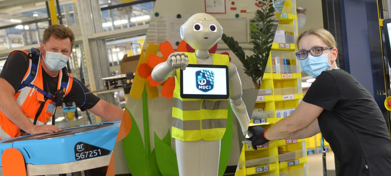 Collage: Robotics-Techniker, Pepper der Roboter und Amazon Versandmitarbeiterin