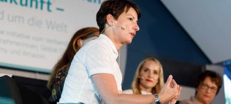 VDU-Präsidentin bei einer Podiumsdiskussion von Unterneherminnen der Zukunft. Im Hintergrund sieht man das Logo von Unternehmerinnen der Zukunft sowie die anderen Poduiumsteilnehmerinnen.