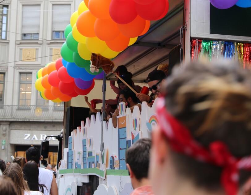 Glamazon-Wagen und Amazon Mitarbeiter beim Christopher Street Day in München.