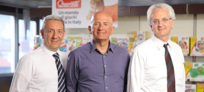 Tre uomini in piedi in un negozio di giocattoli. Sono Stefano, Alberto e Andrea Quercetti di Quercetti S.p.A, fabbrica di giocattoli torinese.
