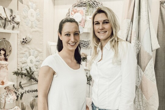 Die beiden Verkäuferinnen in ihrem Laden.