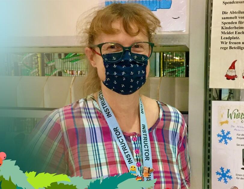 Eine Frau mit Brille und Maske