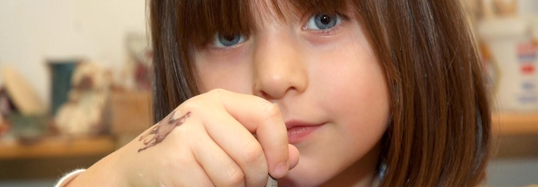 Ein Porträt eines kleinen Mädchens mit braunen Haaren