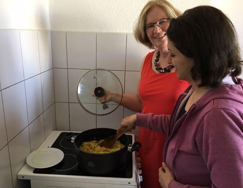 Susanne und Soraya zusammen beim Kochen