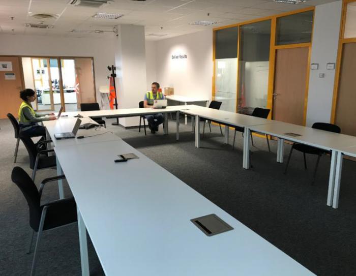 Des chaises ont été supprimées pour que les distances de sécurité soient respectées dans les salles de réunion du site de Lauwin-Planque (Nord)