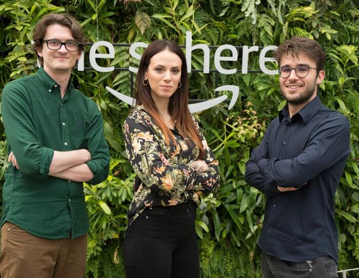 Tre Area Manager dei centri di distribuzione Amazon in Italia posano nelle Spheres della sede di Seattle