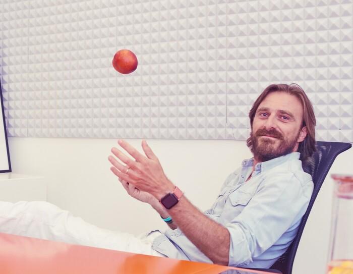 L'imprenditore Massimo Ciociola nel suo ufficio con poster motivazionali sullo sfondo