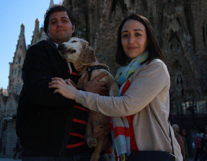 Lorena, la protagonista de la historia, aparece con su marido y su perro delante de la Sagrada Familia de Gaudí de Barcelona.