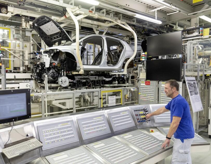 Mann am Arbeitsplatz, Autoproduktion