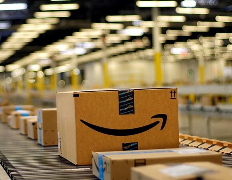 Paczki z logiem Amazon na taśmie