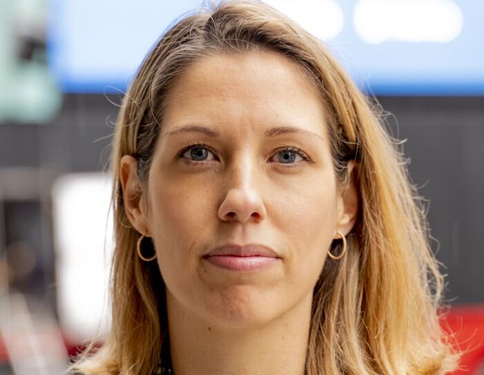 Sara Beneroso, Senior Brand Marketing Manager para Prime Video en Amazon. Rubia con el pelo rubio hasta los hombros. LLeva una chaqueta azul y blanca y una jersey de color blanco. Lleva unos pendientes de aro.