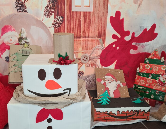 Adorno Navideño de BCN1. Aparece un papa noel con gorro y un trozo de cartón con un Papa Noel.  También árboles de cartón de color negro.