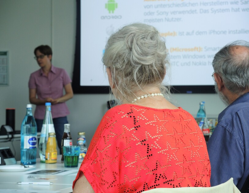 Interessierte Rentner beim Smartphone-Workshop