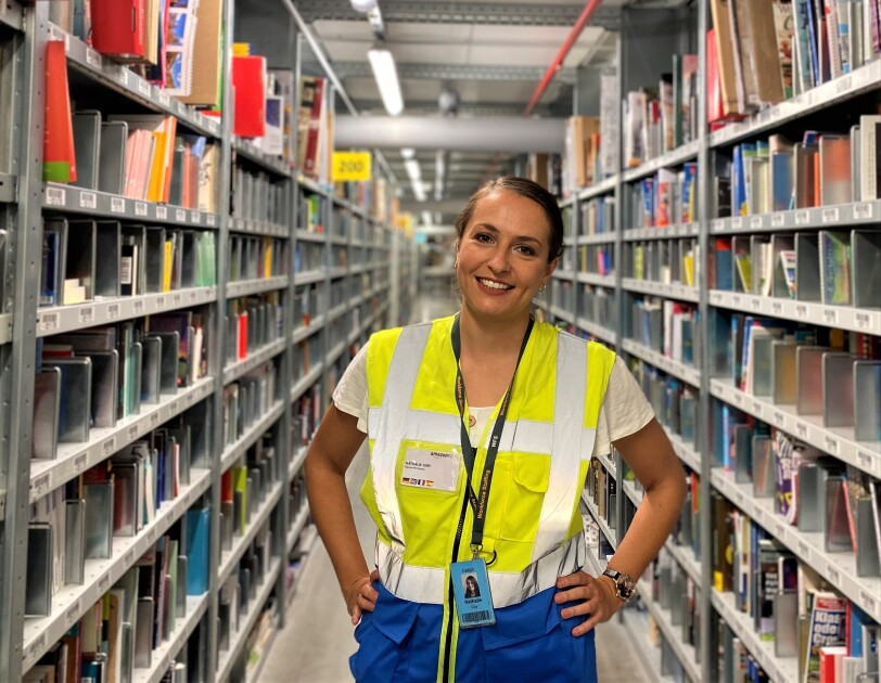 Junge Frau mit Sicherheitsweste im Logistikzentrum