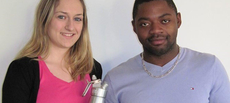 Les deux fondateurs d'AC Déco posent côte à côte, l'une des deux tient un siphon de cuisine à la main