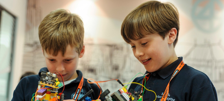 Children and Amazon robotica