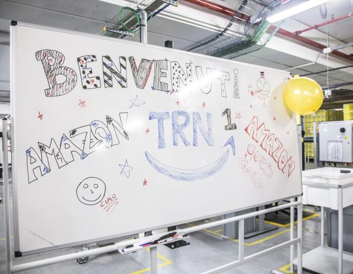 Cartello di benvenuto presso il centro logistico Amazon di Torrazza Piemonte in occasione di Amazon Goes Gold