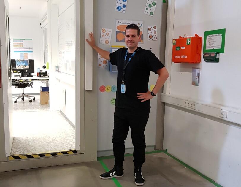 Christian in seinem Arbeitsumfeld. Er macht eine Weiterbildung im Bereich Personalwesen.