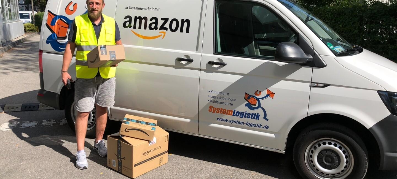 """Raoul Ciobanu steht vor einem weißen Transporter mit Aufdruck """"Amazon""""."""
