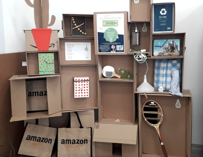 Corner nel centro di distribuzione di Vercelli realizzato con materiali di riciclo, come scatole.