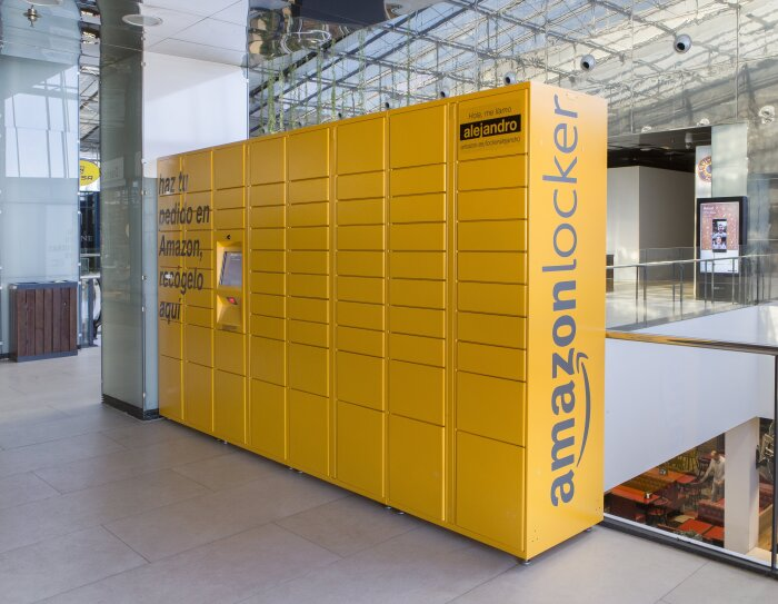 Amazon Locker situado en el interior de un centro comercial.