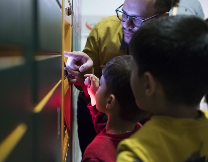 Tre bambini davanti allo schermo del Locker installato all'Ospedale San Bortolo a Vicenza