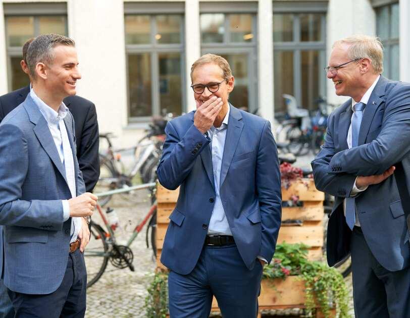 Berlins Bürgermeister ist zu Besuch bei Amazon und informiert sich über KI, ML und Digitalisierung.