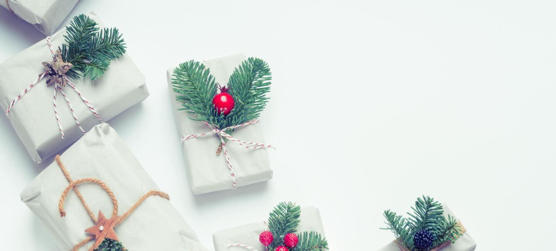 Weihnachtlich verpackte Geschenke liegen auf dem Tisch
