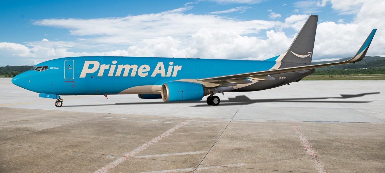 Blaues Flugzeug mit Prime Air Aufschrift