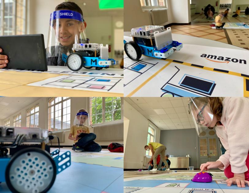Des enfants se familiarisent avec des robots Makeblock lors d'un atelier interactif.