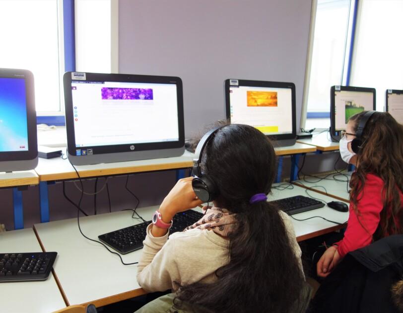 2 filles en face d'un ordinateur lors d'une activité Wi-filles