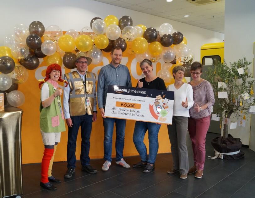Gruppenbild mit Spendenscheck