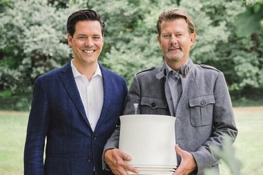Peer-Arne Böttcher (links), Geschäftsführer und Helge Knickmeier, Erfinder von AIRY auf einer grünen Wiese