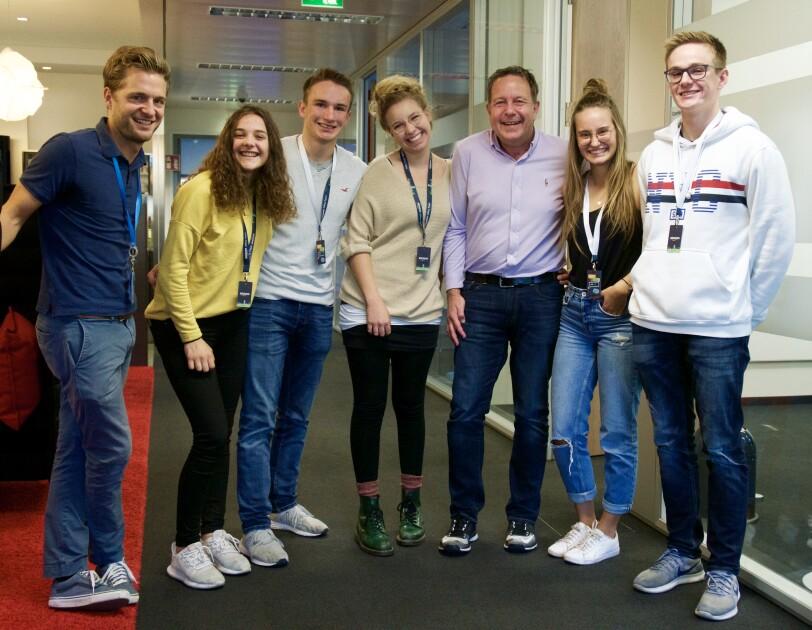 Gruppenbild mit sieben Personen im inneren des Gebäudes bei amazon im München Alle lächeln in die Kamera.