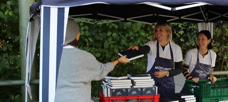 Bei der Essensausgabe der Münchner Tafel haben Amazon Mitarbeiter das Amazon Märchenbuch an die Gäste verteilt.