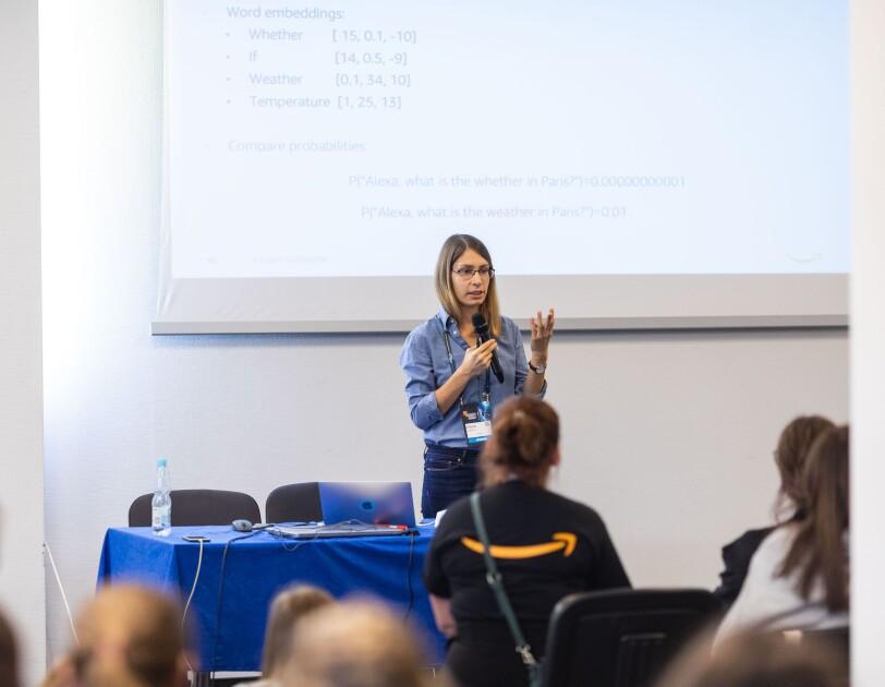 Pracowniczka Amazon prowadzi warsztaty na konferencji Women in Tech