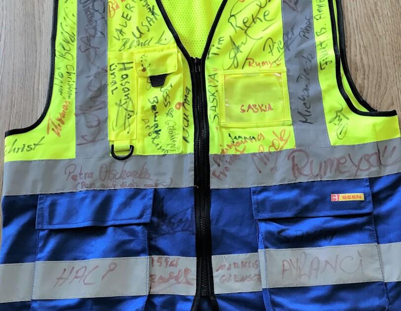 Mamadous Sicherheitsweste von vorne mit vielen Unterschriften seiner Kollegen.