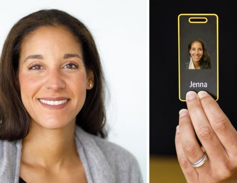Pracowniczka Amazon trzymająca swój identyfikator z żółtą ramką.
